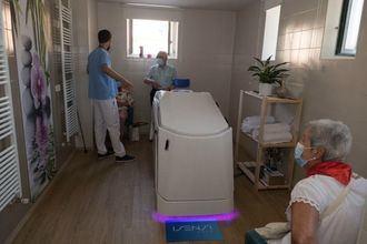 La Residencia San Jerónimo de Estella recibe la donación de una cabina de hidroterapia para mejorrar el bienestar de sus mayores.