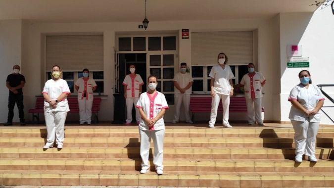 Los trabajadores de Macrosad guardan un minuto de silencio en defensa del sector sociosanitario