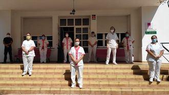 Trabajadores de Macrosad guardan un minuto de silencio en defensa del sector sociosanitario.