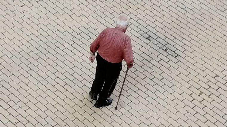 Persona mayor y dependiente.