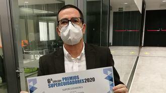 El director de Dependencia.info, Javier Cámara, con el diploma de 1er accesit en los Premios Supercuidadores 2020 en la categoría de Medios de Comunicación.