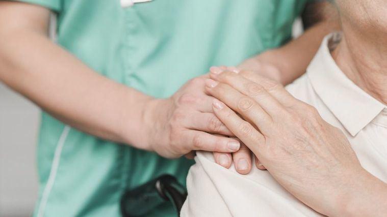 El Gobierno permitirá a las residencias contratar personal sanitario en sus países de origen