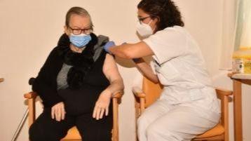 María del Pilar Pérez, de Amavir Haría, primera residente de Amavir en recibir la vacuna frente al coronavirus
