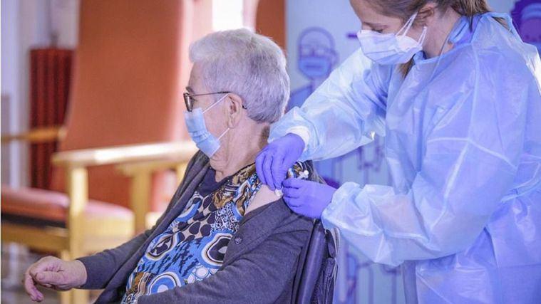 Josefa Pérez, primera vacunada en una residencia de Catalunya.