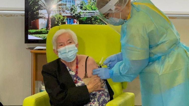 Residentes y trabajadores del Centro de Mayores Casaverde de Pilar de la Horadada han sido vacunados.