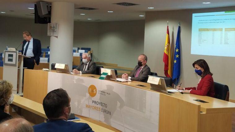 Alberto Giménez advierte del riesgo de que 75.354 personas se queden sin plaza si no se construyen más residencias