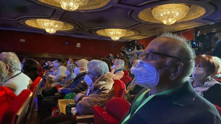 Volver al teatro tras la vacuna: residentes de Madrid acuden a una función en Gran Vía