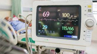 Persona mayor en la UCI de un hospital.