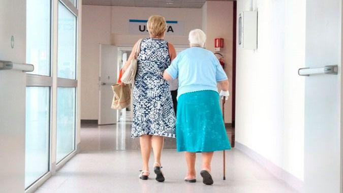 Un familiar acompaña a una persona mayor en una residencia catalana.
