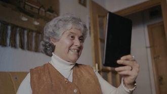 Una mujer del programa Adopta un abuelo recibe una videollamada.