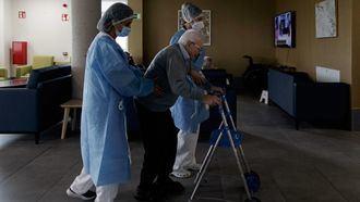Una persona mayor en una residencia en tiempo de pandemia.