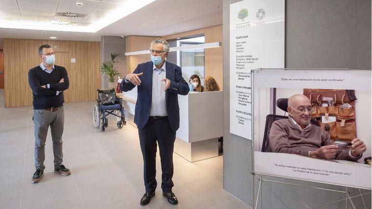 El centro socio-sanitario Bidealde recibe a sus primeros residentes con una exposición del pintor José Antonio Menéndez Hevia