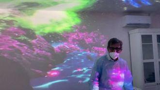 Josep de Martí probando el proyector de vídeo inmersivo 360 Bromx.