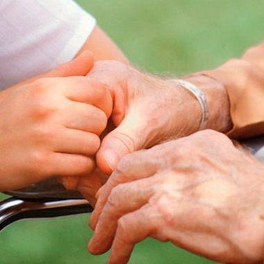 Cuidados a una persona mayor.
