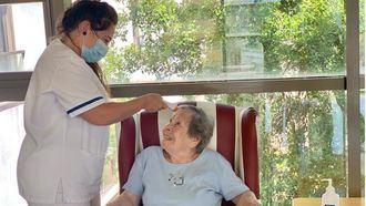 Persona mayor en una residencia DomusVi pasando un control por el covid 19.