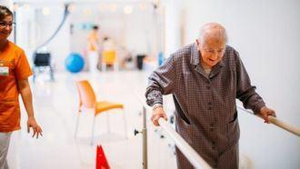 Una persona mayor realizando ejercicios físicos.