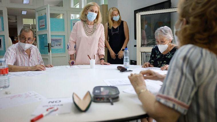 Los centros gestionados por la Comunidad de Madrid recuperarán en otoño la peluquería y podología