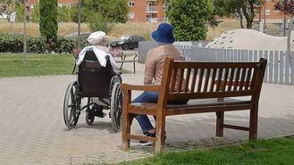 Una cuidadora con una persona mayor dependiente.