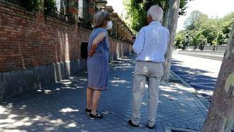 Dos personas mayores paseando por la ciudad.