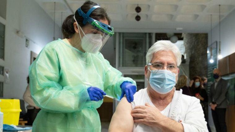 ¿Está dejando de hacer efecto la vacuna en las personas mayores que viven en residencias?