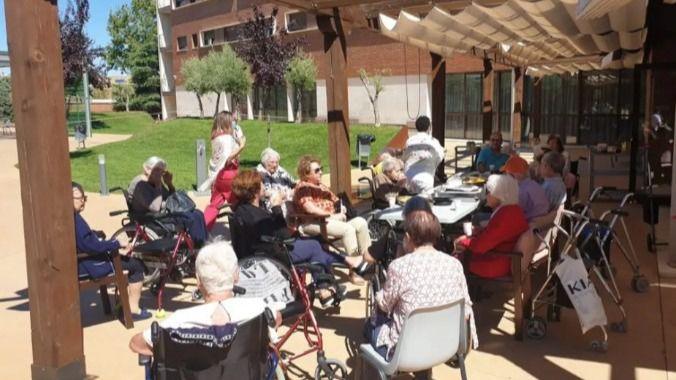 Musicoterapia y recetas de cocina con los residentes de Albertia Valle de la Oliva