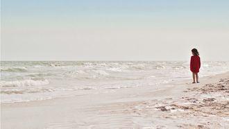 Niña en la playa.