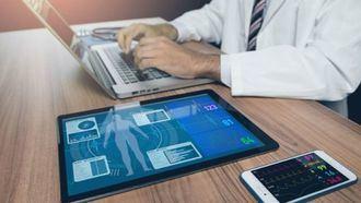 Un médico hace un diagnóstico con los datos que le aportan los sistemas médicos de telemedicina.