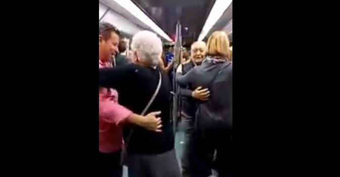 Visto en la red: Un matrimonio mayor sorprende al bailar al son de un rap en el vagón de Metro