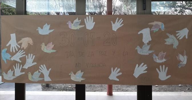 Mural realizado por el Día de la Paz por los mayores de la residencia Albertia Las Palmeras.