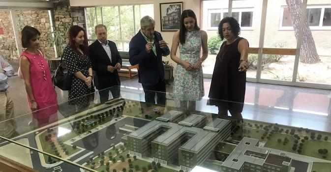 La consejera en funciones de Políticas Sociales y Familia, Lola Moreno, ha visitado la Residencia de Mayores Francisco de Vitoria.