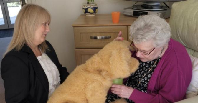 Mirando al exterior. Un perro robot ayuda a los pacientes con demencia
