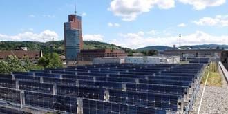 Mirando al exterior: Jardines sobre la residencia y sistemas fotovoltaicos en Suiza