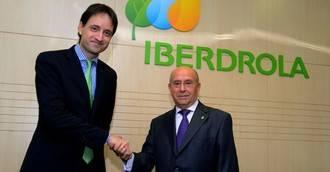 Iñigo Alonso y Luis Martín Pindado, tras la firma entre Iberdrola y UDP.