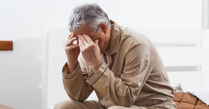 Asocian dormir menos de 7 horas con un mayor riesgo de caídas y deterioro cognitivo