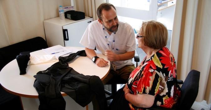 Un sistema integrado en la ropa detecta en tiempo real las caídas de las personas mayores