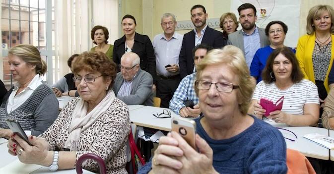 Mayores de Madrid aprenden a usar los teléfonos inteligentes para su vida diaria