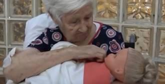 Visto en la red. Terapia con muñecas en residencias de mayores
