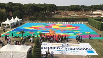 5.000 mayores consiguen el Récord Guiness con el mosaico de cartón más grande del mundo