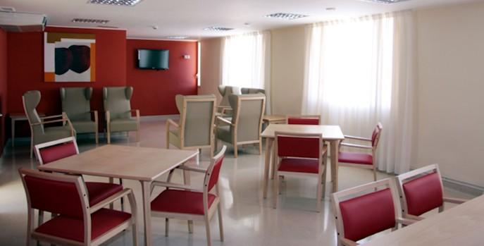 La falta de adecuación de los servicios de atención a los mayores acelera su ingreso en residencias