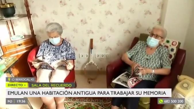 La televisión visita la sala de reminiscencia de la residencia Amavir en Villaverde