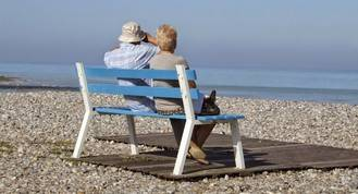 Nuestros mayores son los que menos viajan fuera y gastan poco
