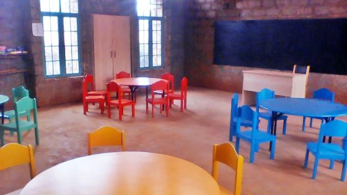 Fundación Vitalia financia la fabricación de mobiliario escolar de un colegio en Kenia